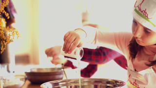 Embedded thumbnail for Шоу с мороженным для всей семьи. Вкусный мастер-класс от профессора Звездунова.